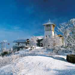Dragon Peak is a 20-minute ride from the flat base area of Yongpyong Resort, and has a coffee shop, restaurants and magnificent views