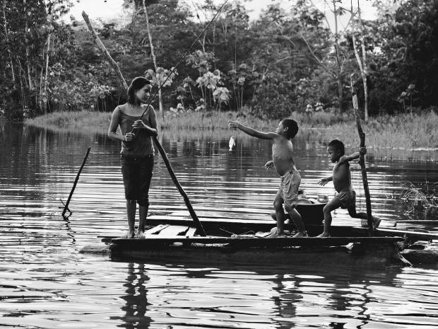 A Ticuna family go fishing together