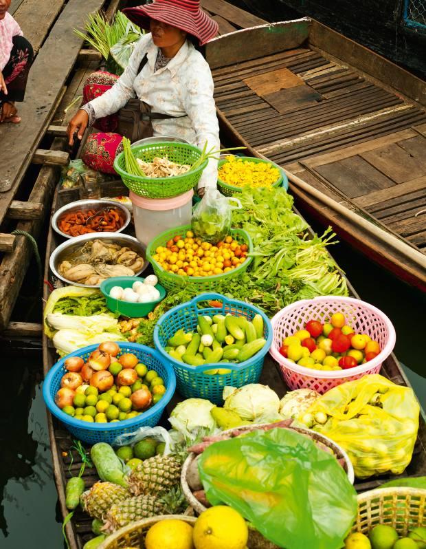 Moat Khla floating market on the lake