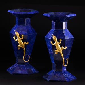 A pair of precious vases adorned with salamanders. The collection has three price ranges: €10,000-€20,000, €15,000-€25,000 and €20,000-€30,000