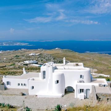TheHelios villa in the Mykonos hills enjoys spectacular seaviews