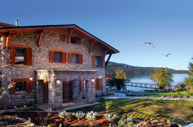 The recently completed lakeside villa Los Arrayanes