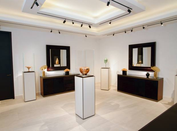 Kallos Gallery, Mayfair, with (centre) 540-520 BC Greek ceramic dinos by the Ribbon Painter, £1.75m