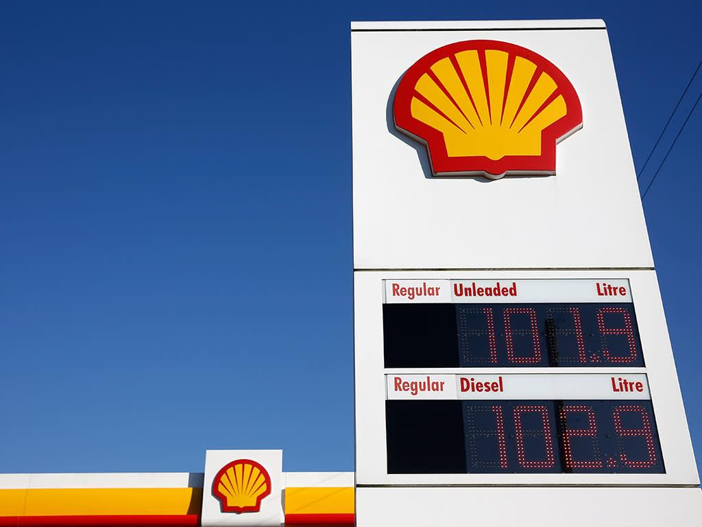 Shell ups dividend despite tumbling earnings