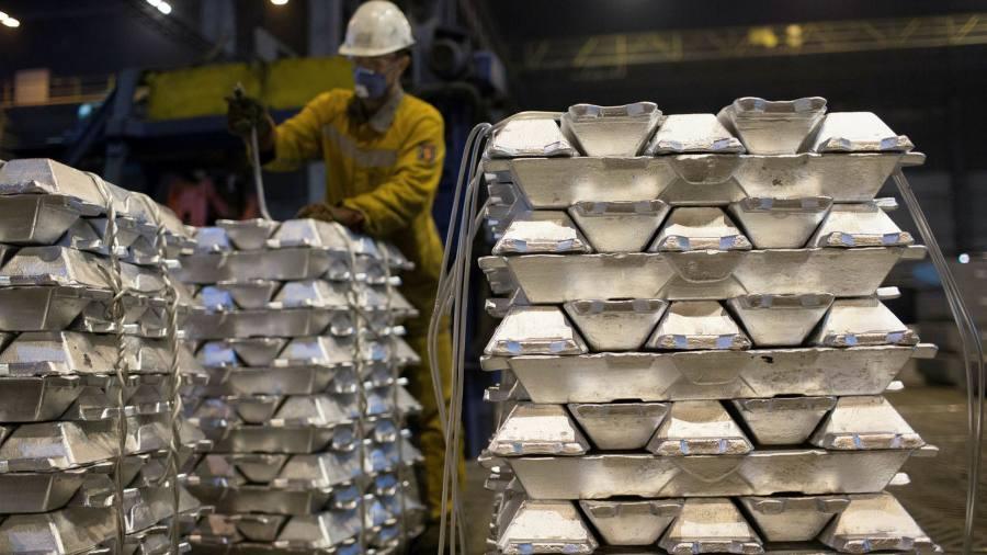 Investors pounce on aluminium storage trade as spot price tumbles