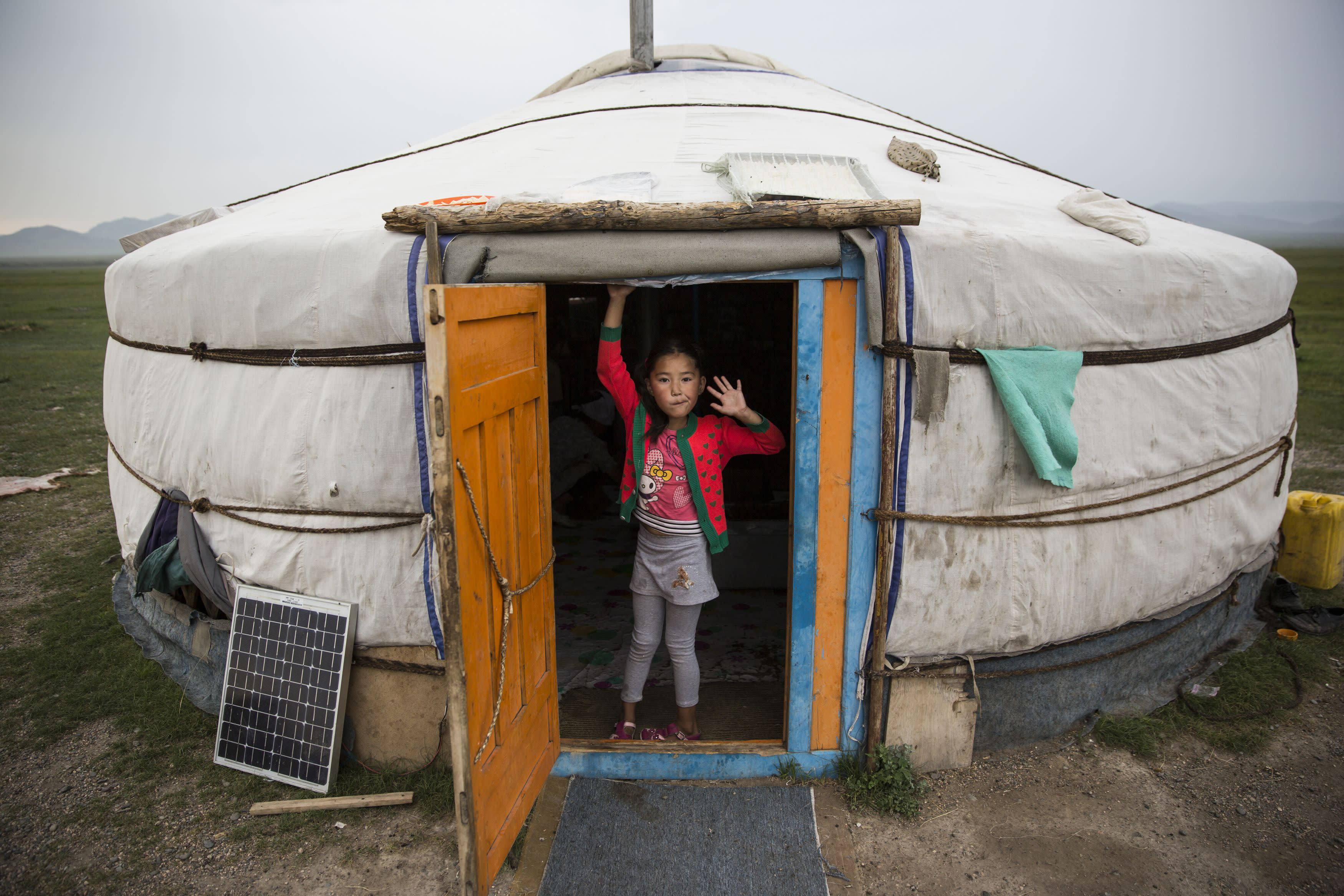 20161020_Mongolia_AirBnB_001_girl-stands